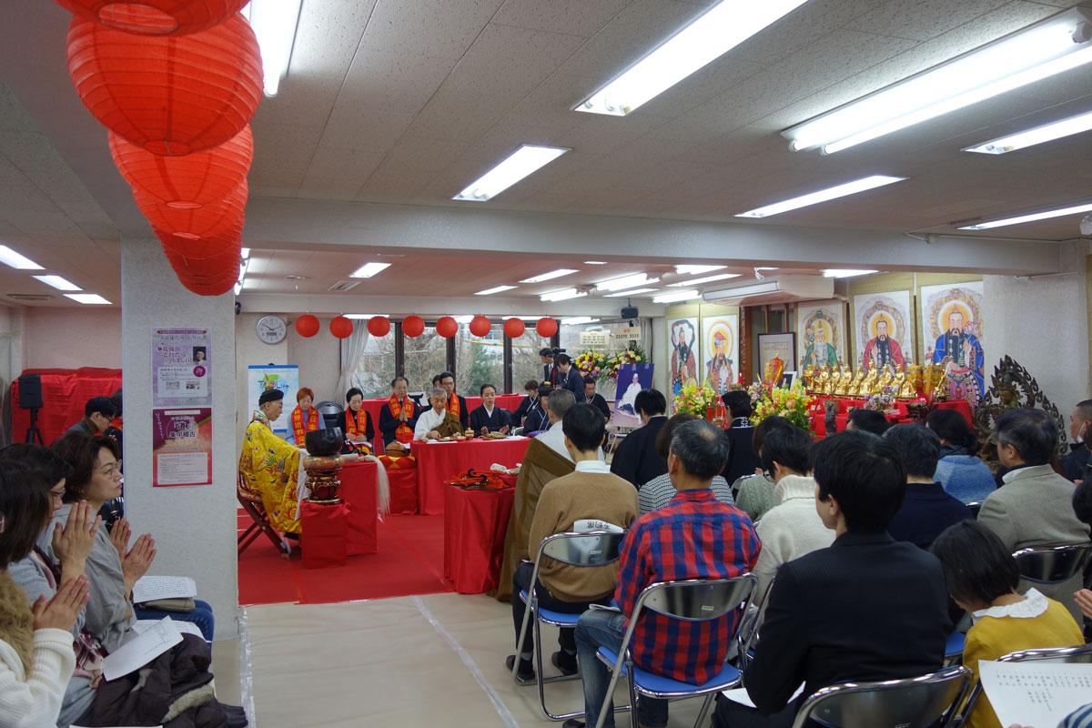 日中の参加者も共に読経に唱和、会場は熱気に包まれた